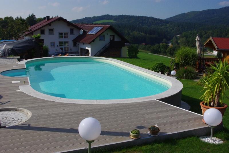 Foto eines ovalen Pools